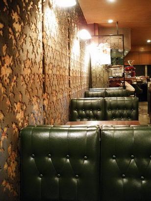 壁沿いの席