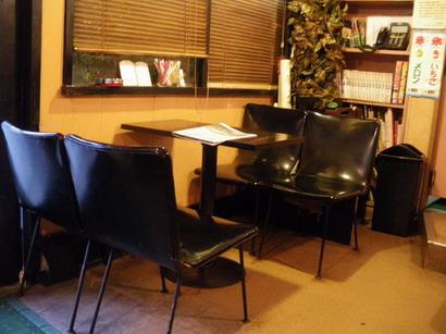 黒いテーブルと椅子