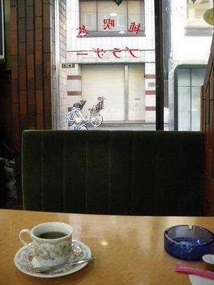 入口付近の席でコーヒー