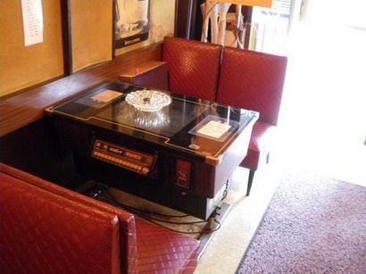 入口付近のゲーム機テーブル