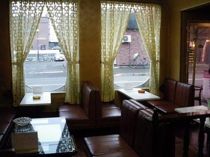 窓のレモン色のカーテン