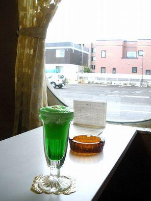 窓辺の席でクリームソーダを撮影