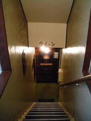 地下へ階段を降りる