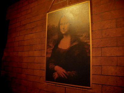 モナリザの絵の掛かるレンガ模様の壁