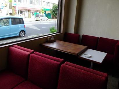 赤のベルベットの椅子