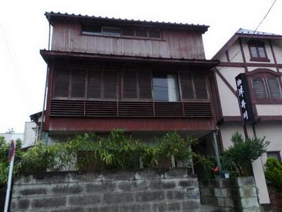 井川の隣の建物