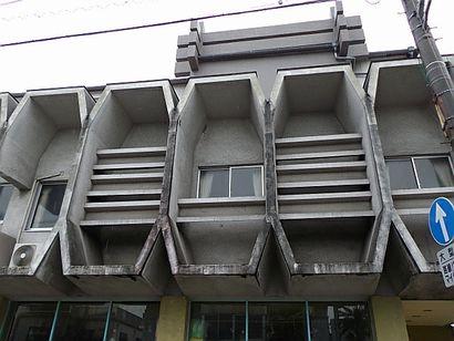 2階部がすごい建物1