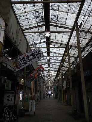 沈鬱な商店街