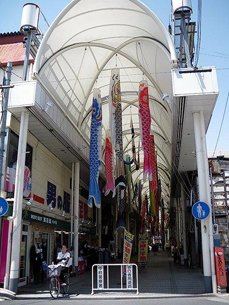 甲府・鯉のぼりのぶら下がってるアーケード商店街