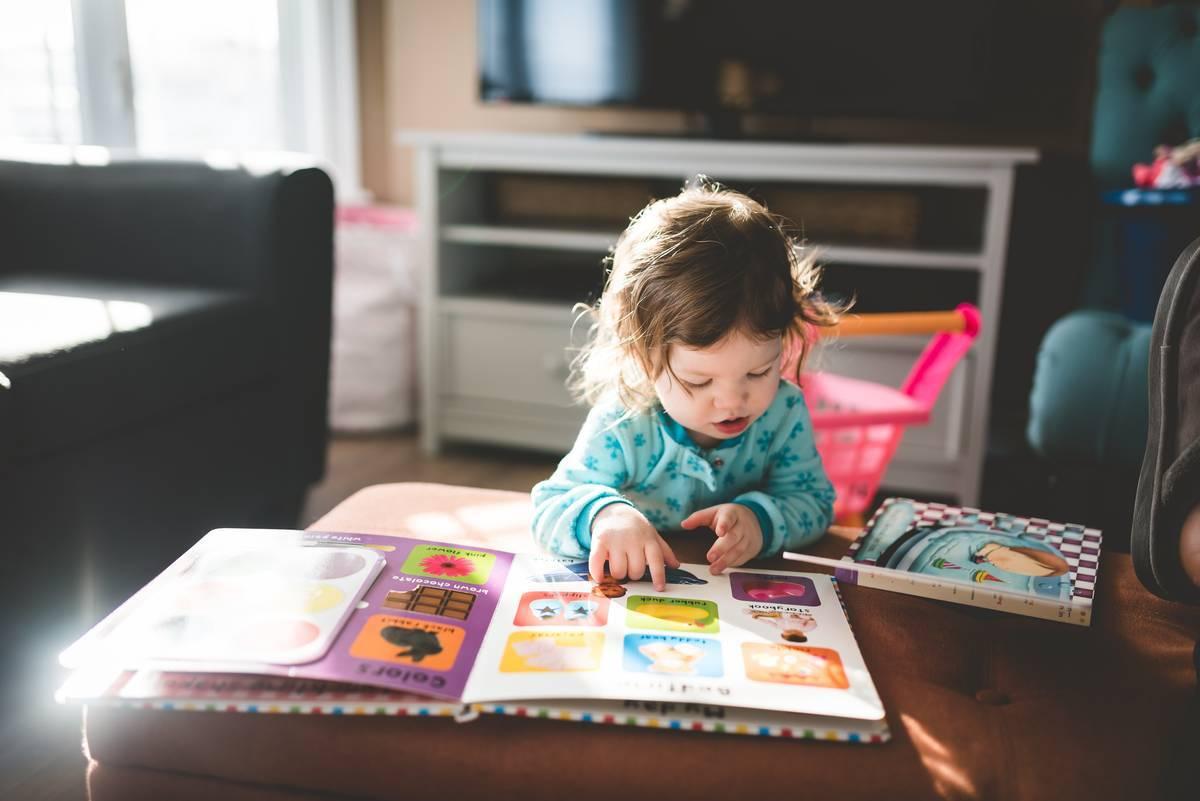 赤ちゃんが本を読んでいる