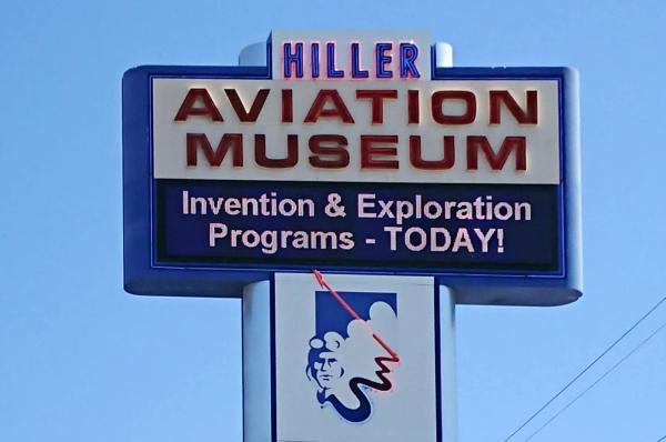 ヒラー航空博物館看板