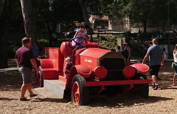 古い消防車の遊具