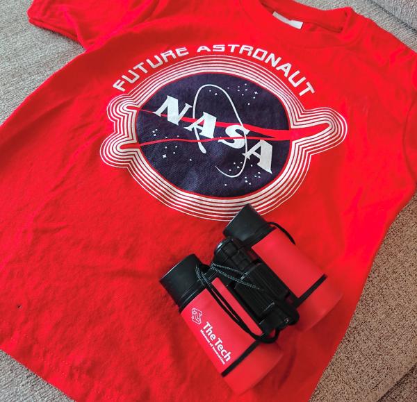 NASAのロゴの入ったTシャツとロゴの入った双眼鏡