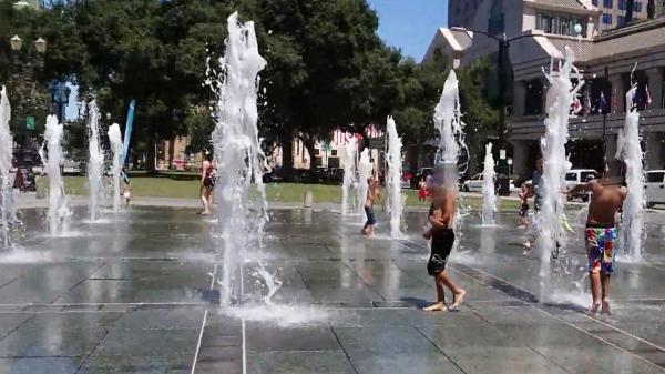 噴水で遊ぶ子供達
