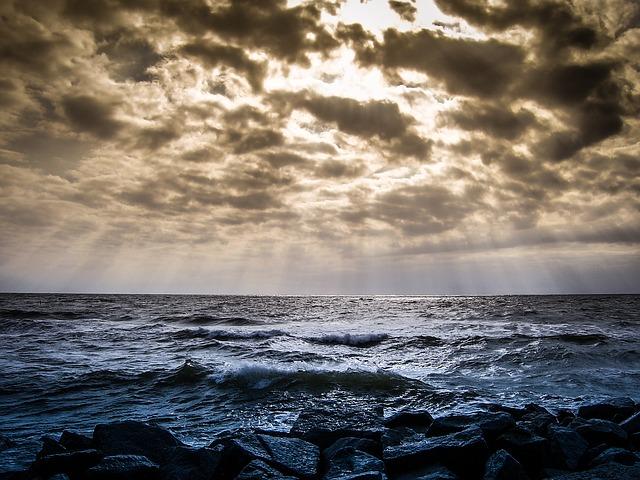雲間から光が差す海