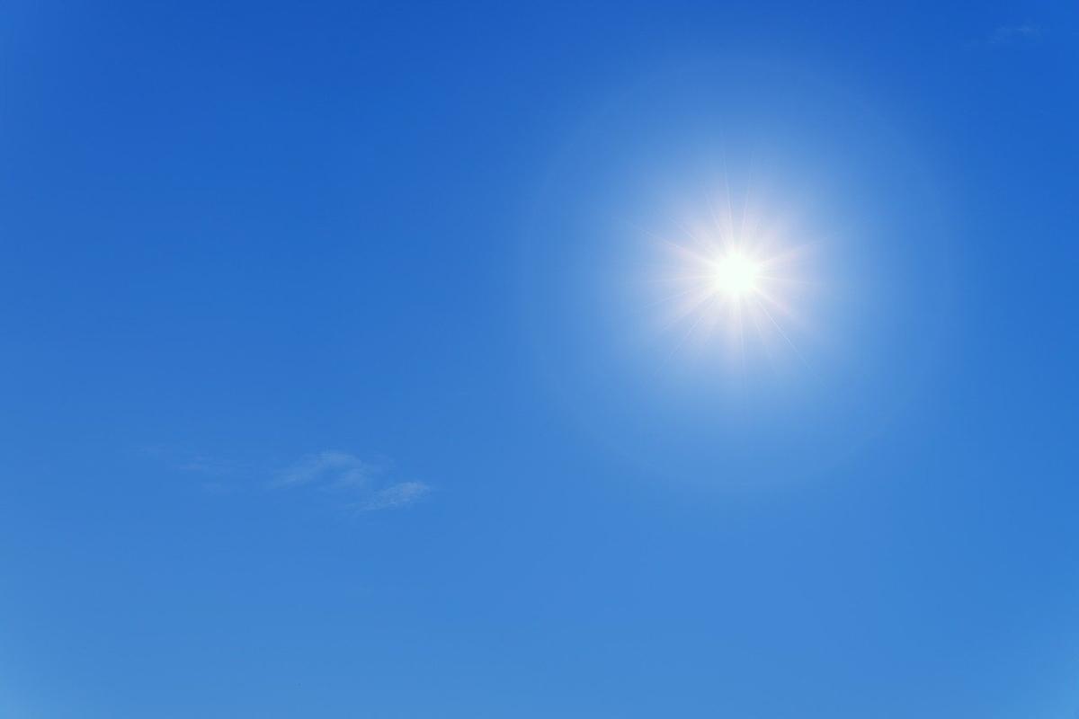 青空の中照りつける太陽