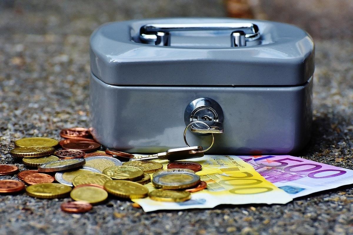 お金と小さな金庫。キャッシュオンリー。