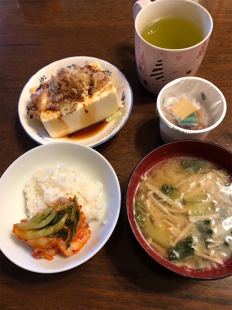 朝ご飯、冷や奴と納豆、味噌汁、緑茶
