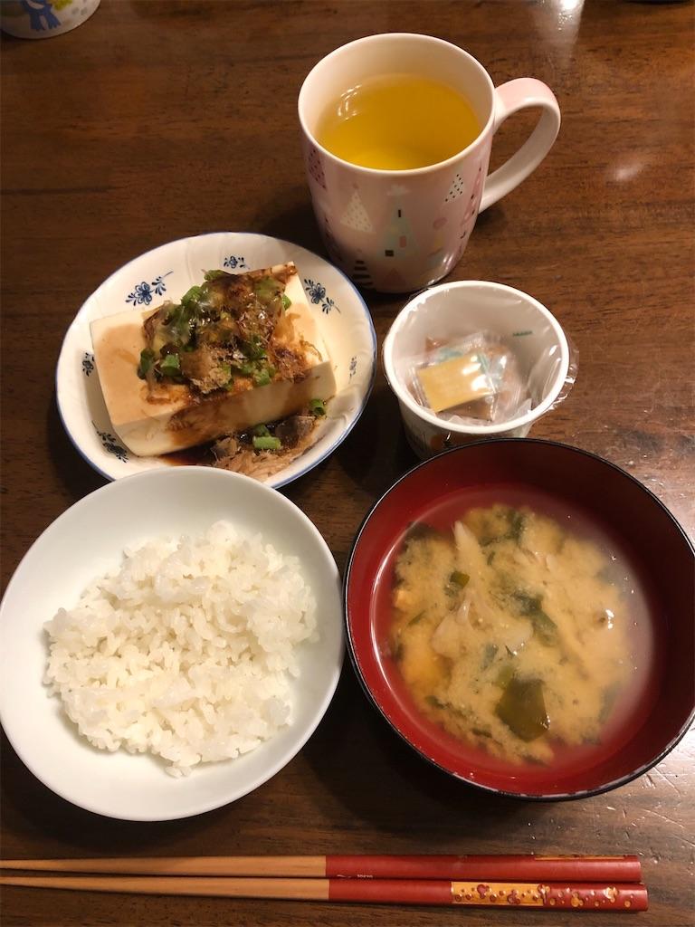 ごはん、味噌汁、納豆、冷や奴、緑茶
