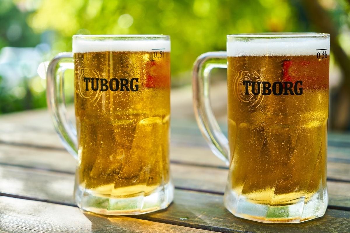 ビールのジョッキ二つ。野外