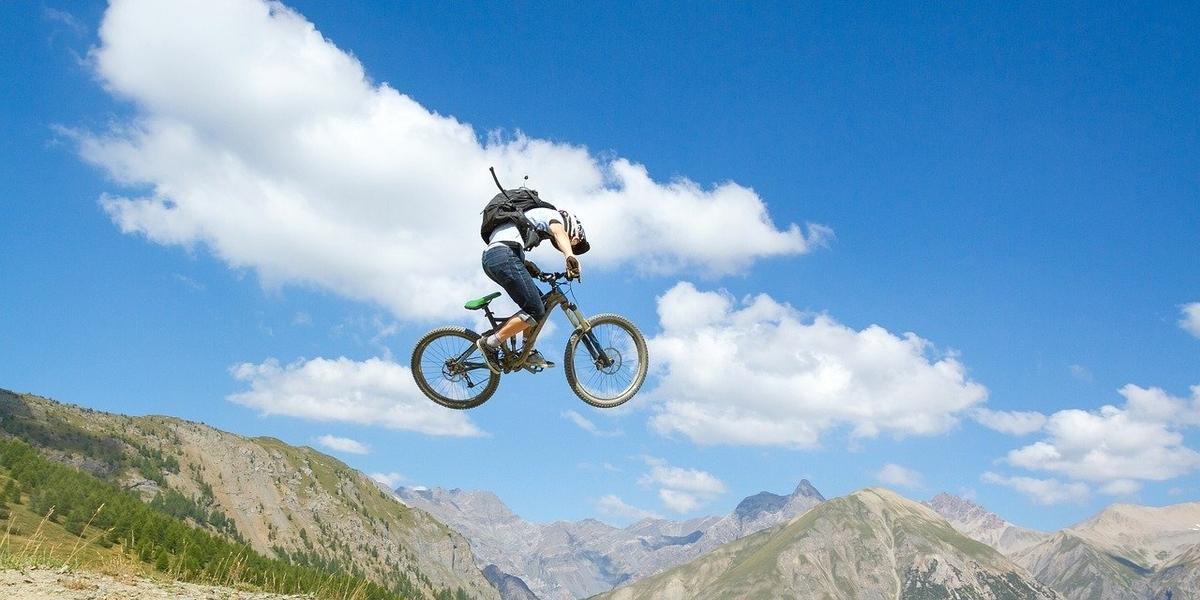 ジャンプするマウンテンバイクに乗っている人