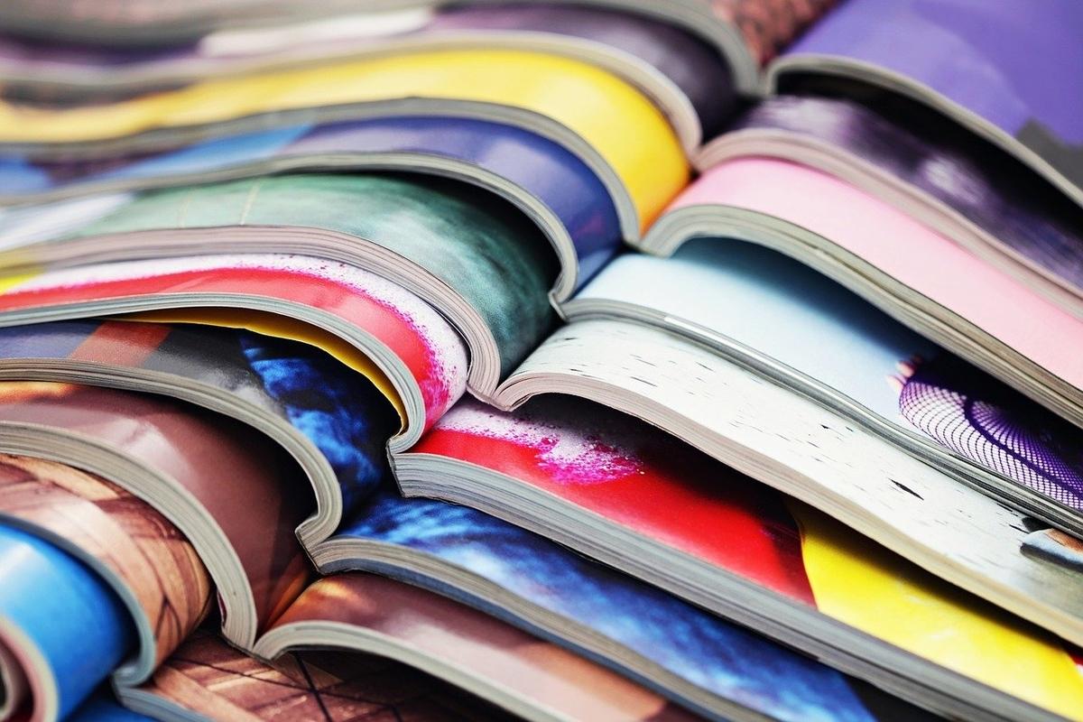 色とりどりのページを開けた雑誌の山