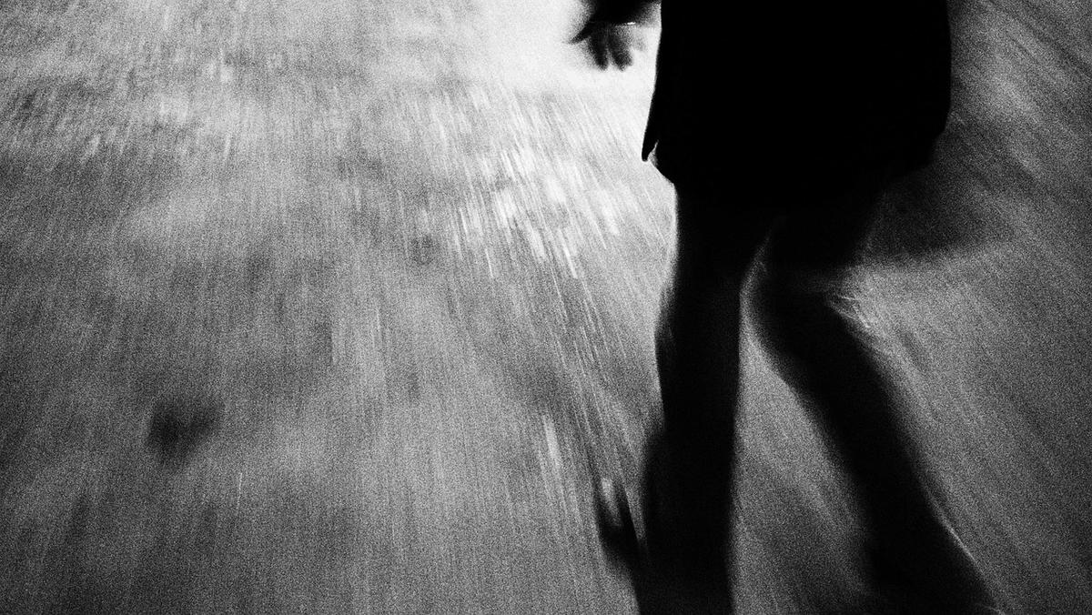 暗い夜道を走っている人の足下