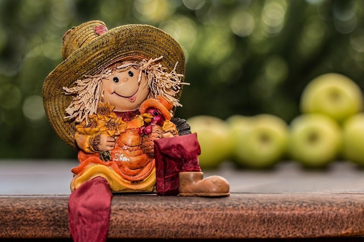 収穫する女の子の人形
