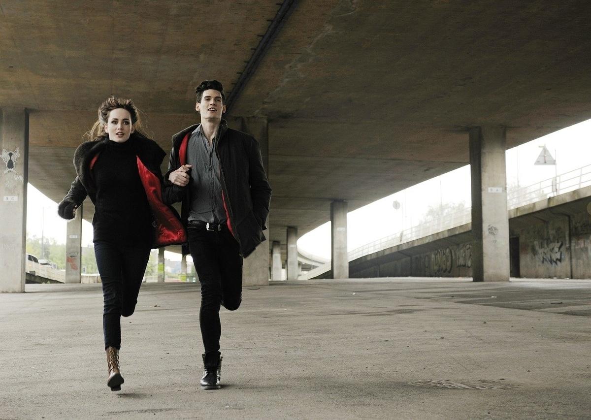 走っているカップル