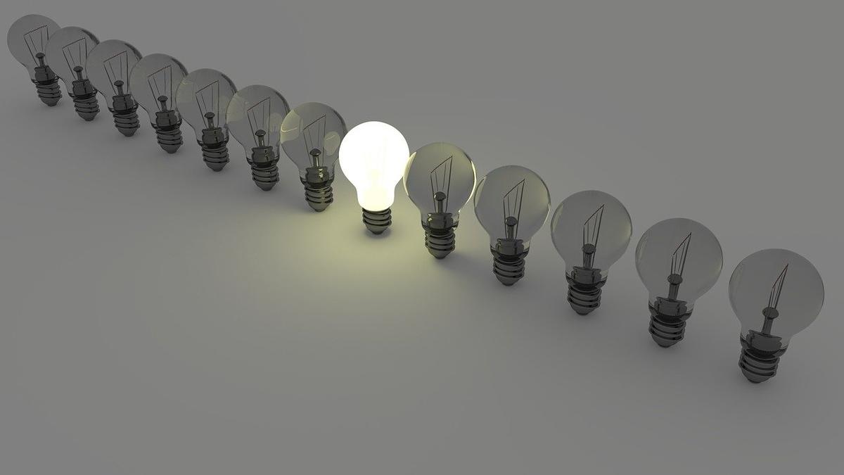 並んだ電球の中に一つだけぴかっと光る電球