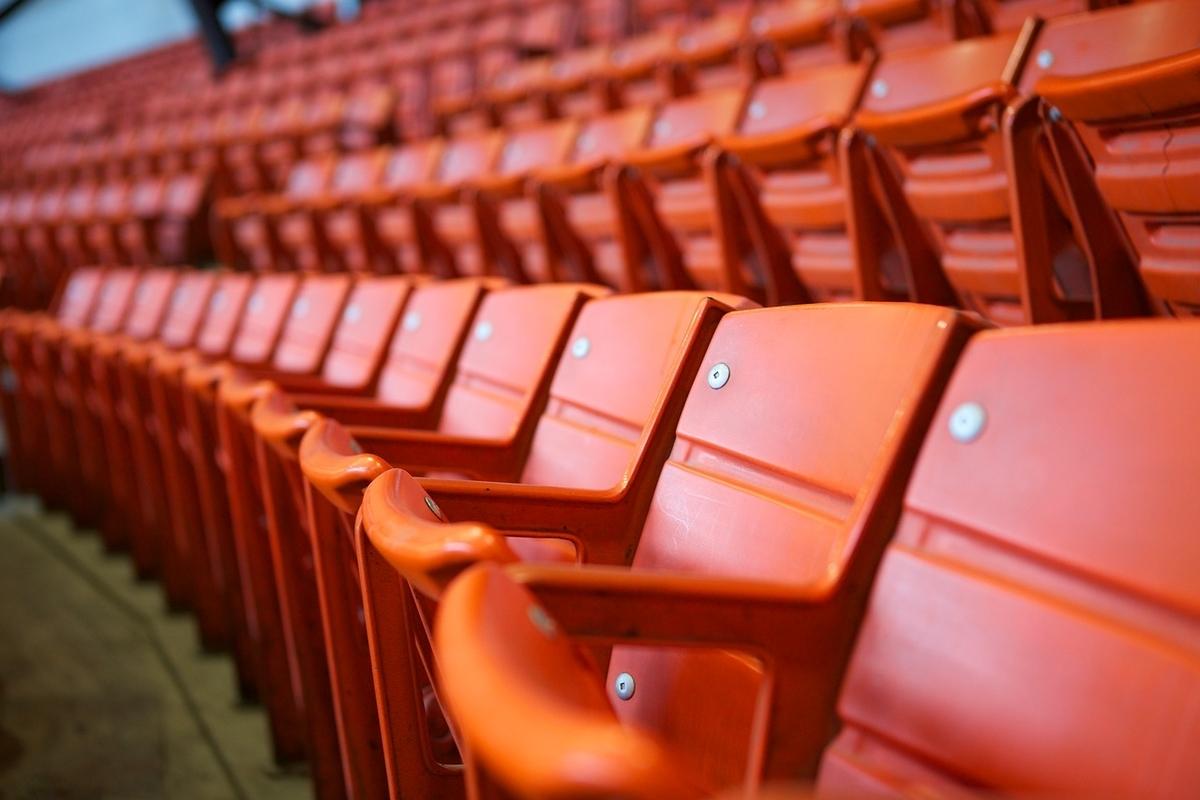 スタジアムの椅子。誰もいない。