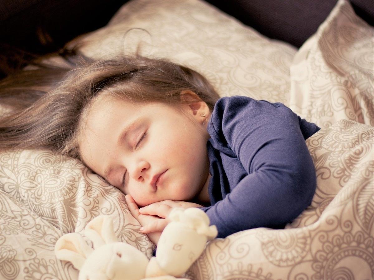 寝ている小さな女の子
