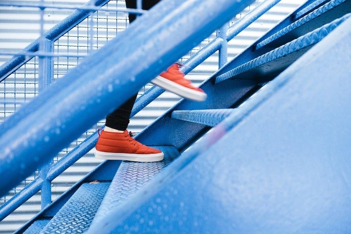 階段を上っていく