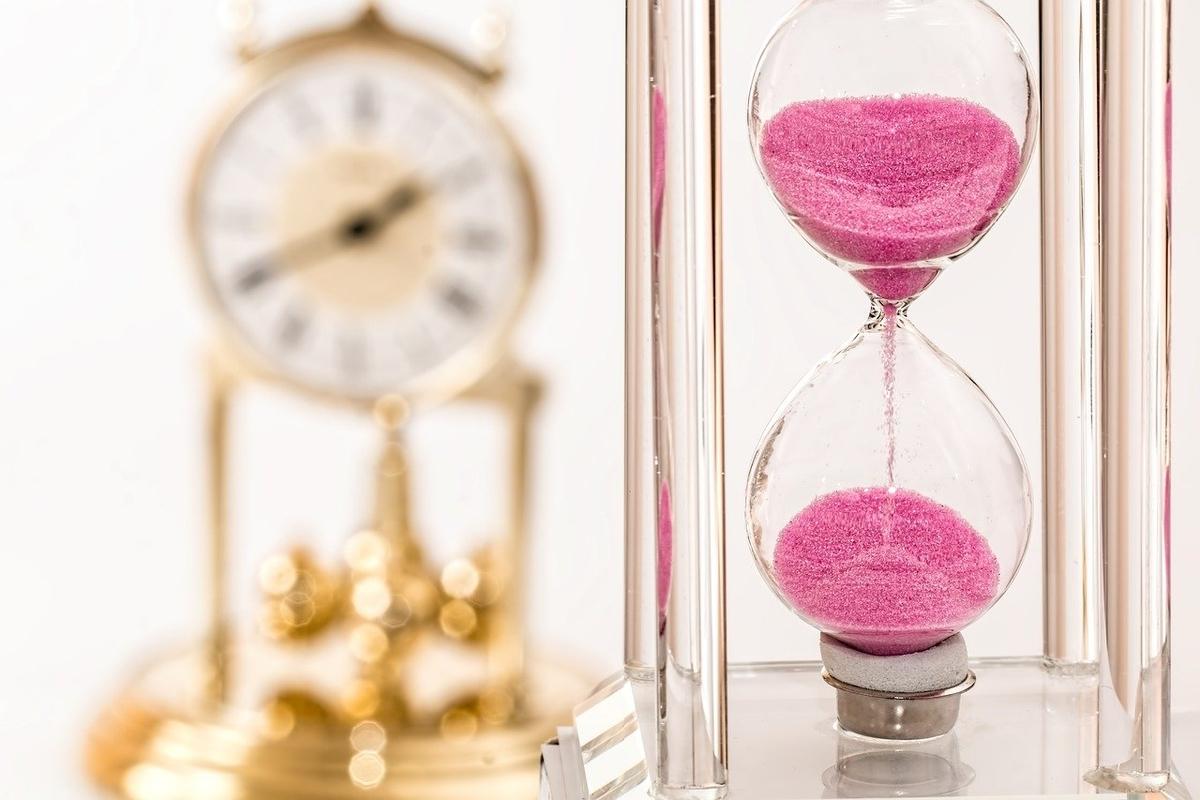 時計と砂時計。時間がたつイメージ