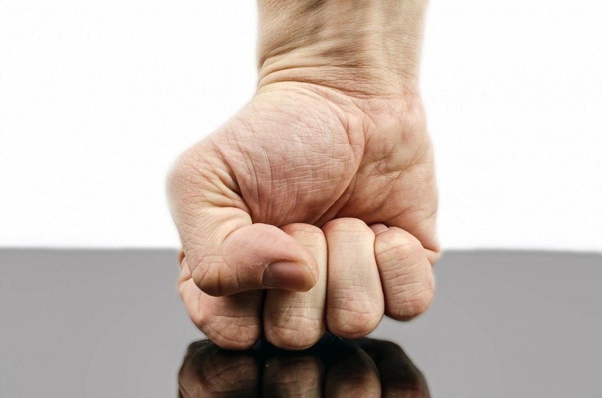 怒りで握り拳を床に押しつける
