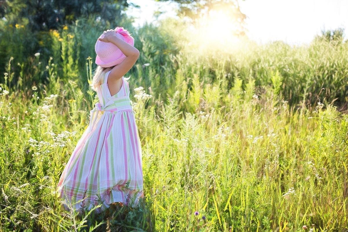 野原にたたずむ少女