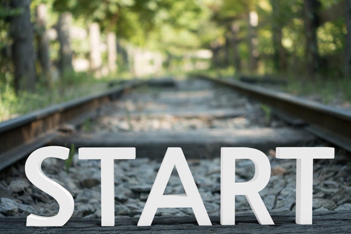 決意したことへの旅は始まったばかり。レールの上のSTARTの文字。