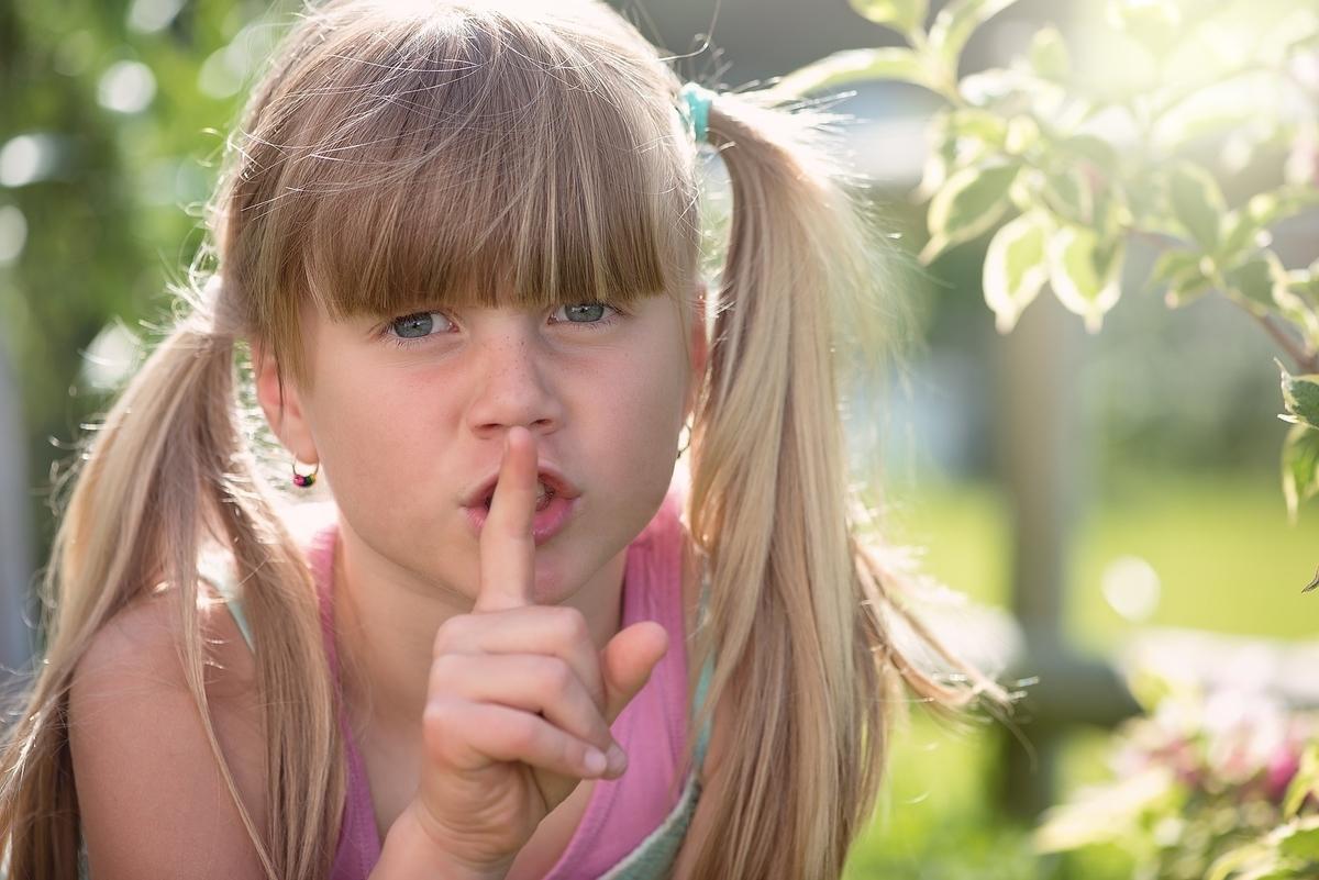 静かに、と指を立てて口に当てる少女