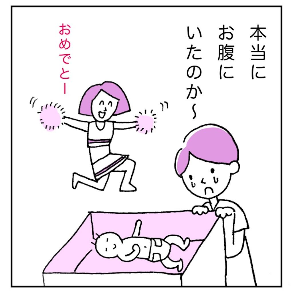 新生児と母親と助産師さん