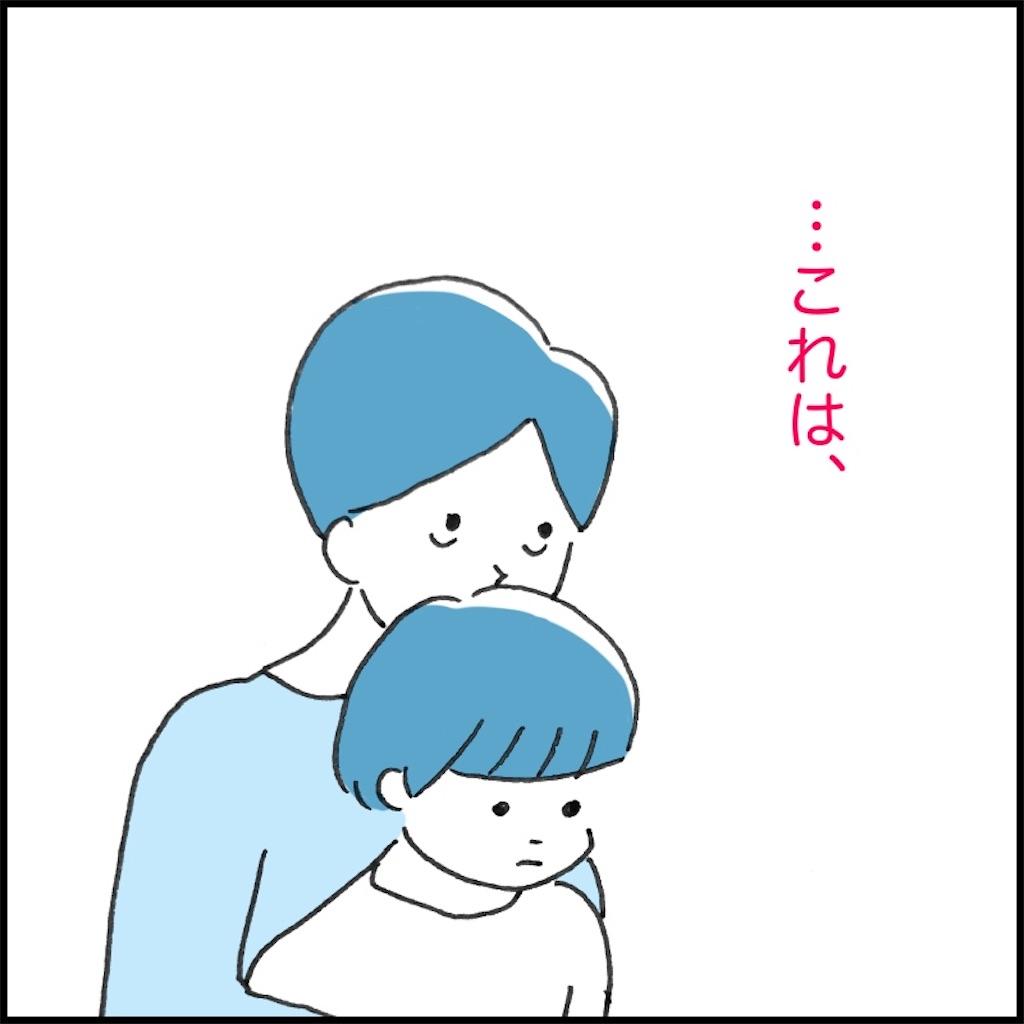 子供の頭の匂いを嗅いで考えごとをする母親