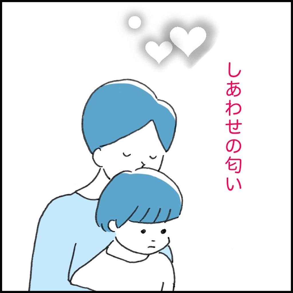 子供の頭の匂いを嗅いで幸せそうな母親