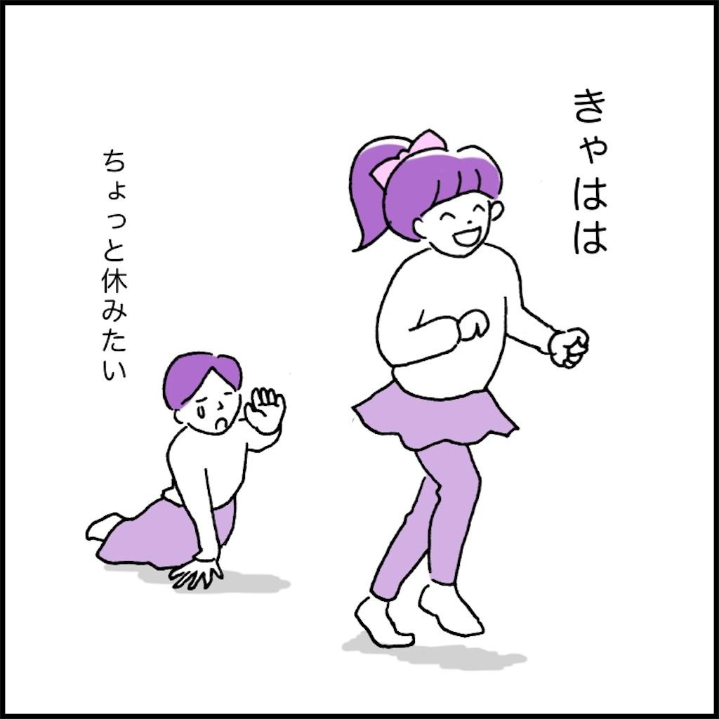 走る子供と倒れ込む母親