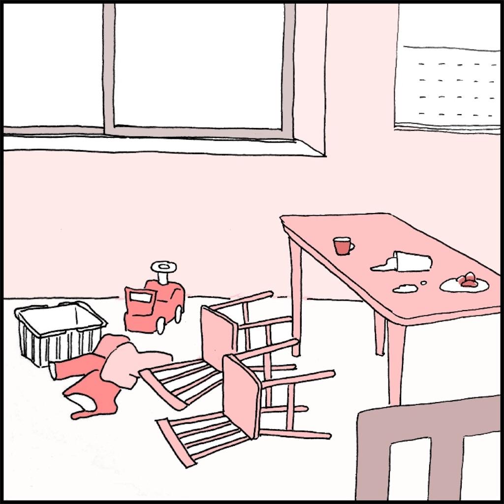 椅子が倒れて汚いダイニング