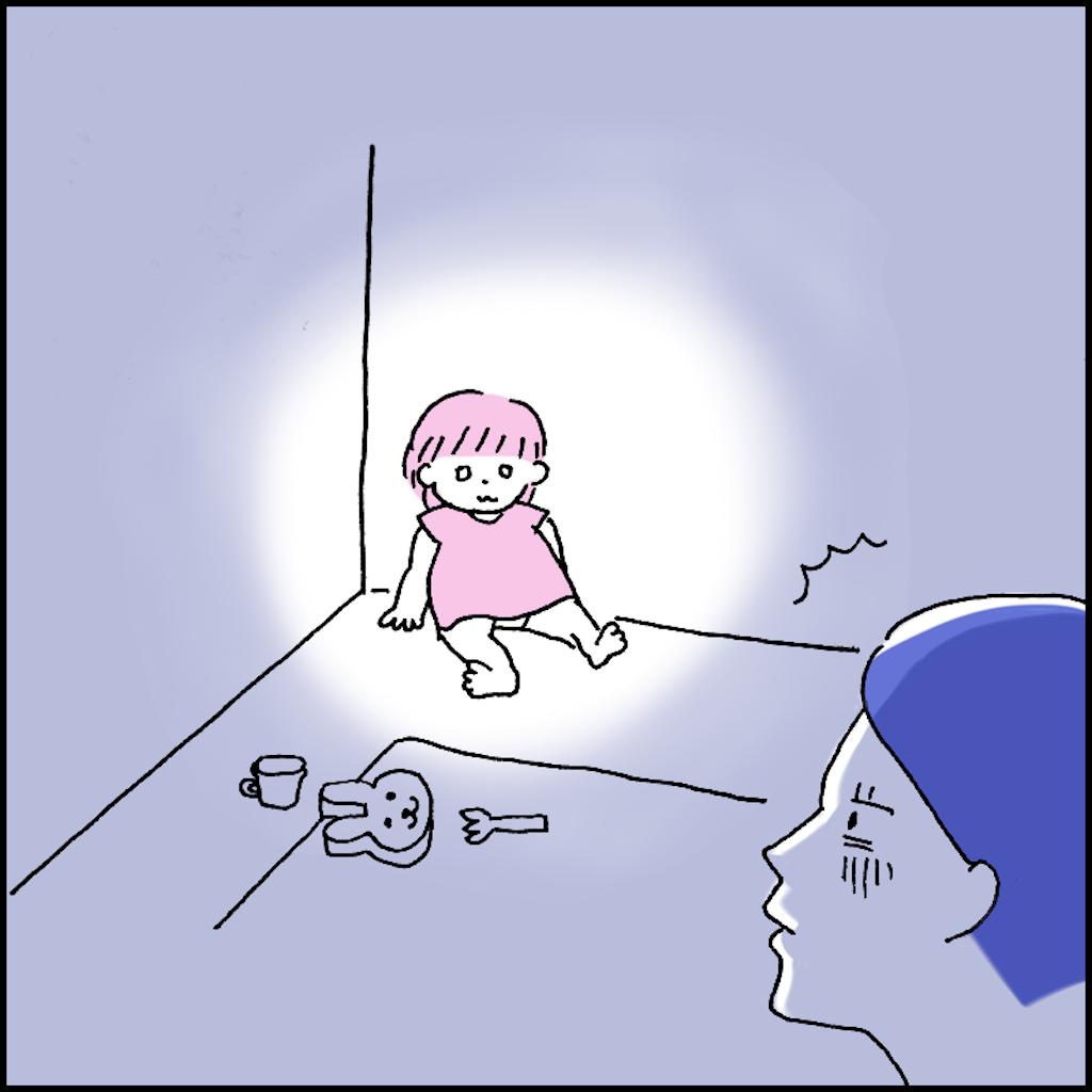 暗い部屋にあるメルちゃんの人形