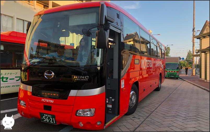松山市内を走るリムジンバス