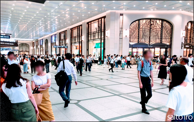 大阪駅の阪急百貨店前
