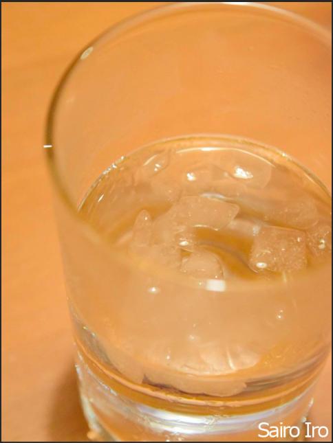 冷たいコップに入った水