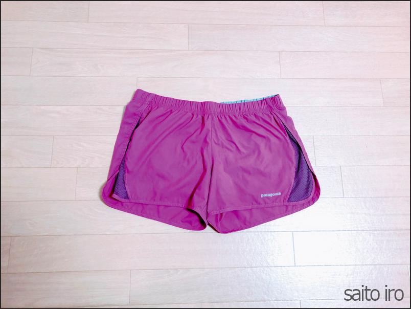 紫色のパタゴニアのパンツ