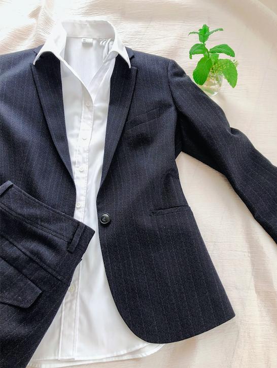 ミニマリストの襟付きスーツ