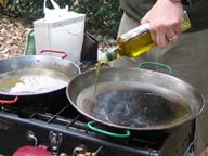 多めのオリーブオイルを熱する
